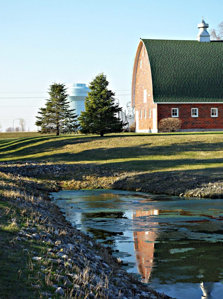 Iowa Barn with Grant Wood Sculpture | via spiritedandthensome.com | #Iowa #barn #GrantWood