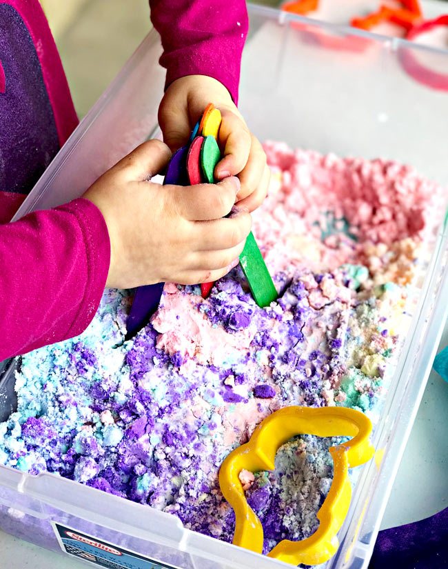Sensory play ideas for preschoolers include baking soda sensory bins! | spiritedandthensome.com